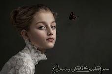portret van meisje met kanten blouse tot aan de kin
