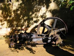 Photo: Ancienne pompe hydraulique destinée à l'extraction des ocres