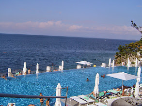 Photo: Hotel Punta feszített víztükrű medencéje a tengerpart felett.