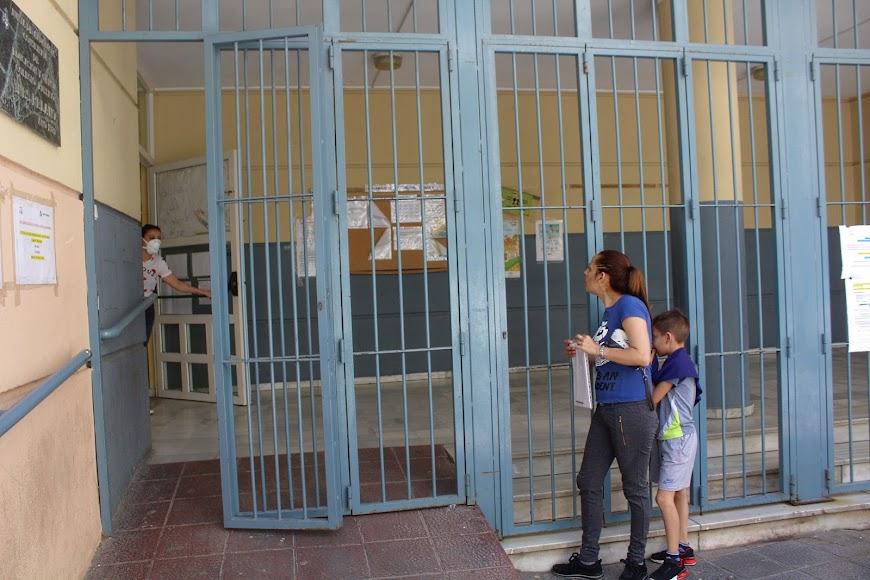 Madre de alumno del CEIP Inés Relaño informándose en el Colegio ubicado en la calle General Luque.