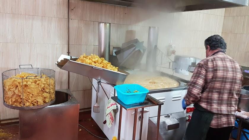 Patatas Caseras La Tijoleña – Churrería Agapito, las exquisitas y auténticas patatas fritas caseras hechas a mano como se han hecho toda la vida.