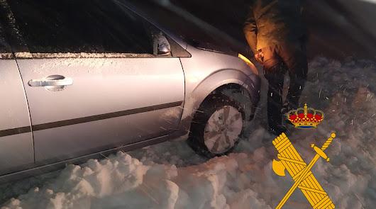 La Guardia Civil auxilia a dos conductores atrapados en la nieve