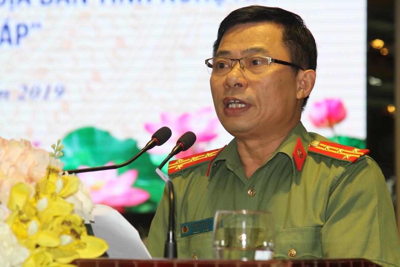 Đại tá Dương Đình Văn – Trưởng phòng An ninh Chính trị nội bộ Công an Nghệ An phát biểu tham luận tại hội nghị