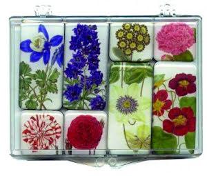 Kylskåpsmagneter med blommor.