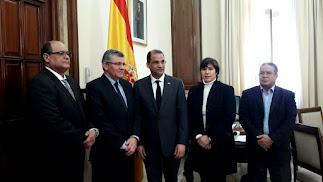 Olivo Rodríguez Huertas, en el centro, derecha, junto al secretario general de la Subdelegación, Juan Ramón Fernández