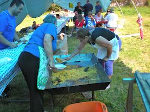Photo: La CHARITO y La GELINOS finalizando el reparto de la paella.