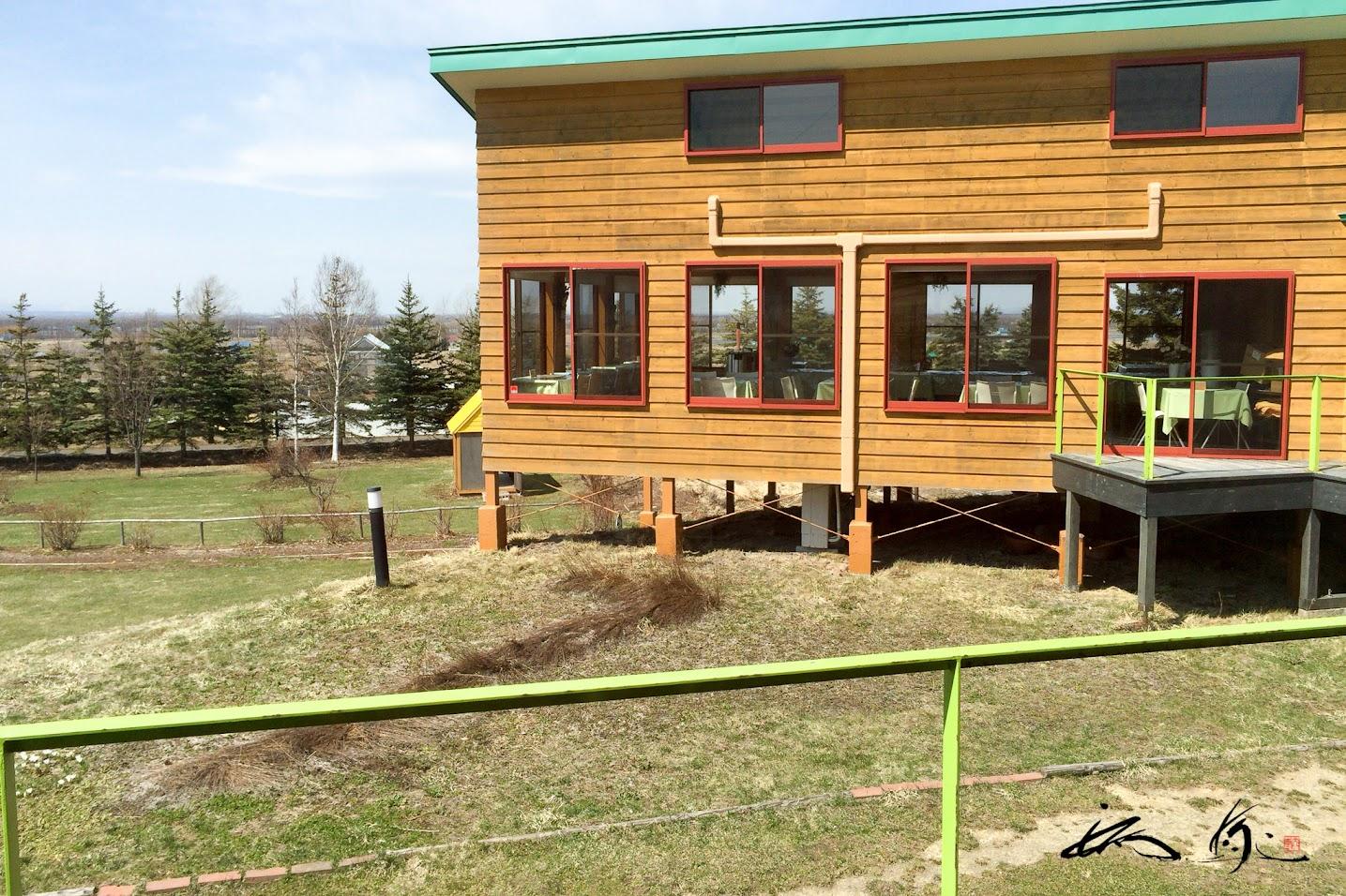 緑の屋根とオレンジ色の壁の建物が可愛い!