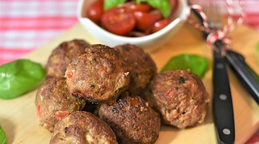 Albóndigas de carne con salsa natural de tomate en el menú de este sábado
