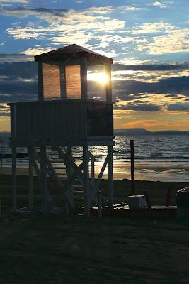 Alba in spiaggia. di gfg