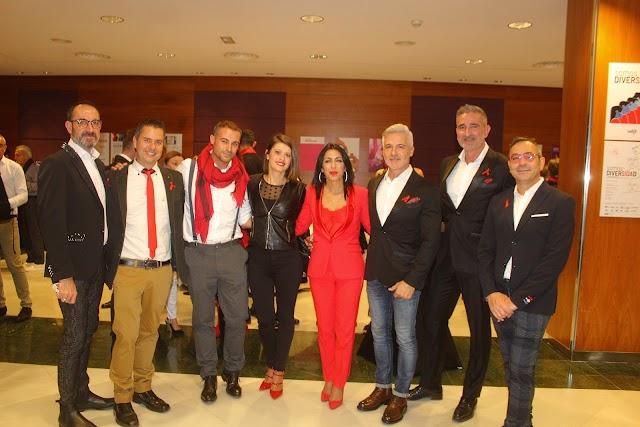 La presidenta del Parlamento Andaluz y la diputada provincial junto a asistentes a la gala.