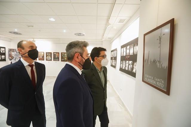 La exposición recorre varios siglos de la historia cofrade almeriense.