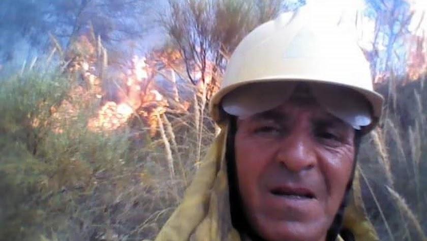 Mustapha Sadok, el número 1 de IU en Laujar, durante la extinción de un incendio.