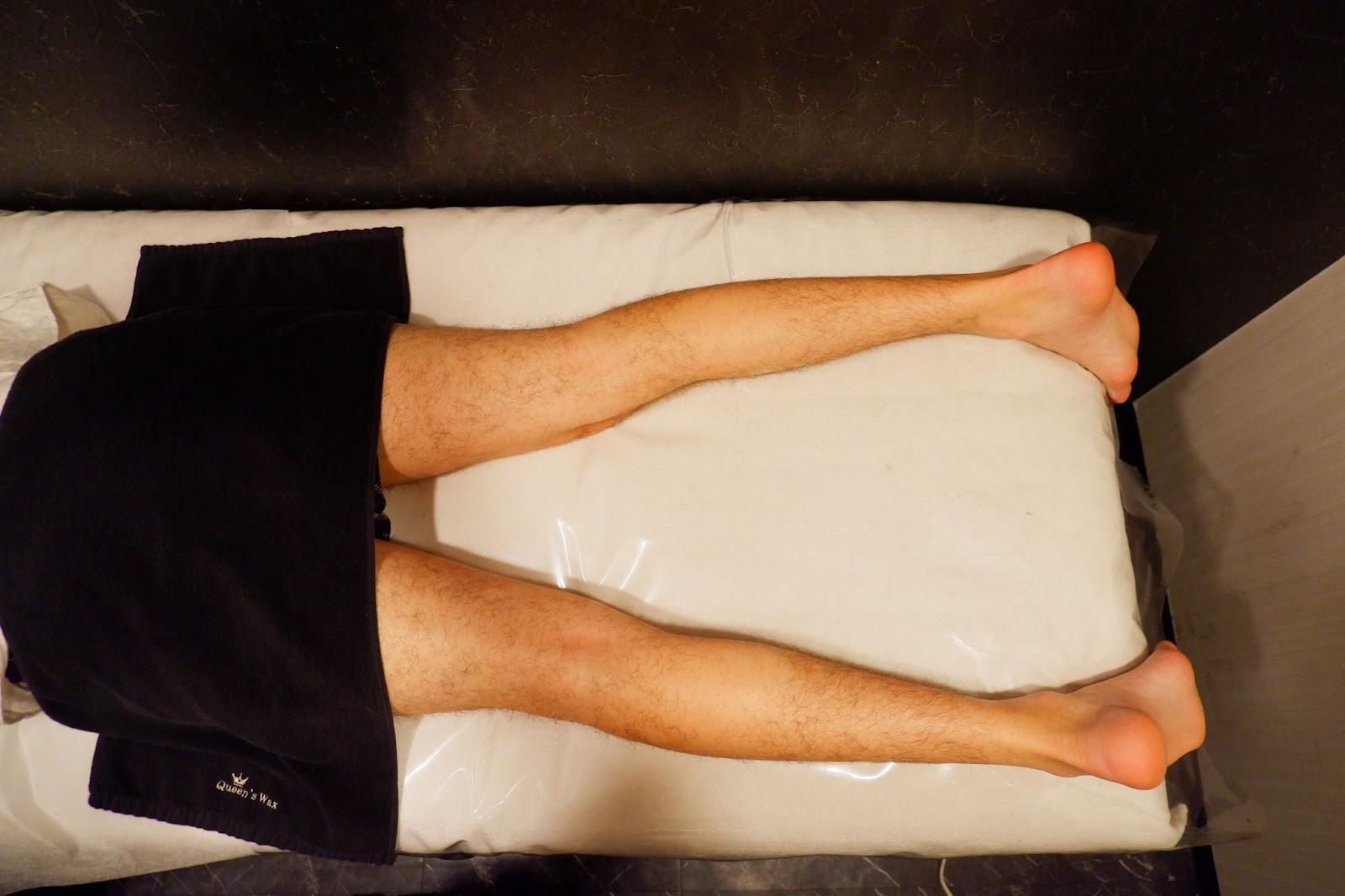 肛門のブラジリアンワックス脱毛の施術の体勢