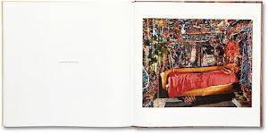 kamer, muren plafond volledig bedekt met glitter, met bedbank en rode deken