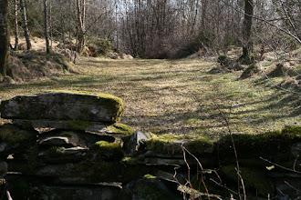 Photo: Gamal steinmur med mark på Førdestraumen