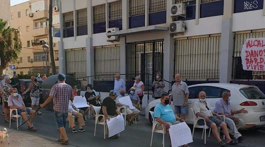 """""""Alcalde, danos el bar"""": los vecinos de las 500 Viviendas se echan a la calle"""
