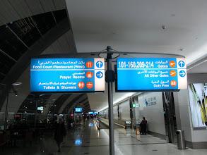 Photo: L'un des nombreux panneaux indiquant les différents secteurs de portes d'embarquement