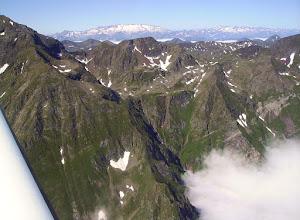 Photo: Crêtes frontaliéres et col de Tartereau. Massif de la Maladetta à l'horizon.