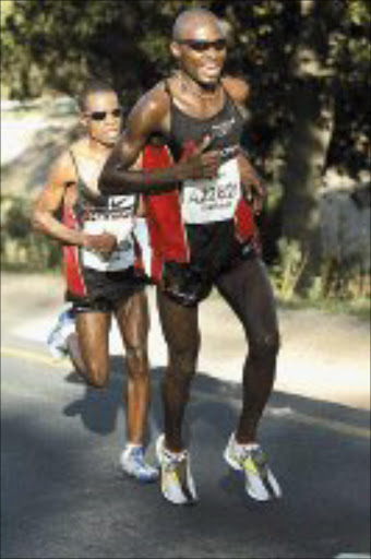 CRUELLING: Bethuel Netshifhefhe leaves Josiah Thugwane in his wake at the 2007 Old Mutual Two Oceans Marathon. Pic. Tertius Pickard. 07/04/2007. © Gallo Images.