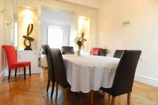 Luxury dining space at Quai de la Tournelle Apartments 110 m²