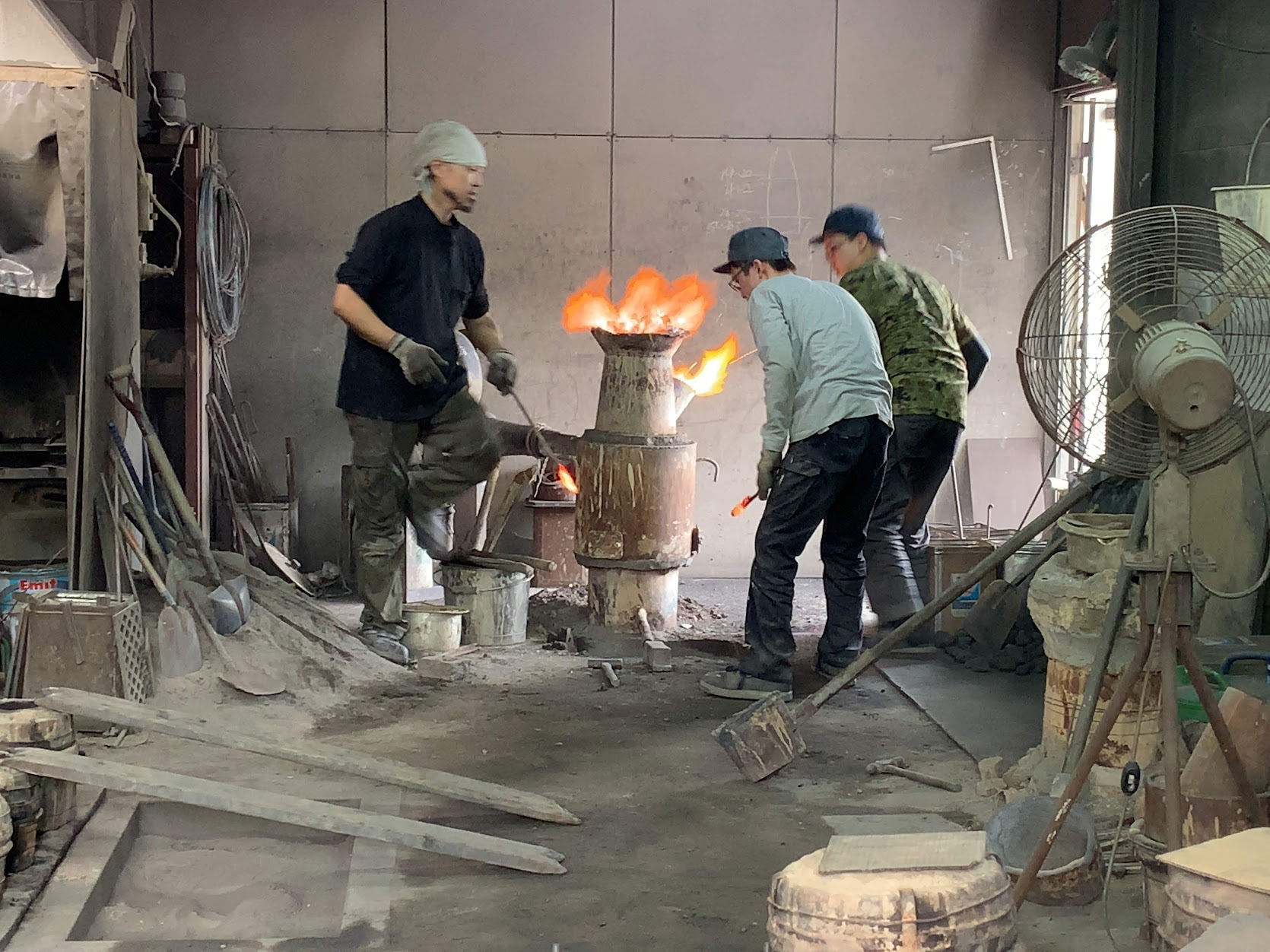 薫山工房さんでの熔解作業風景