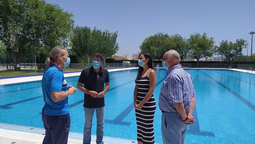 Concejales del Gobierno municipal en la piscina de verano de Huércal-Overa.