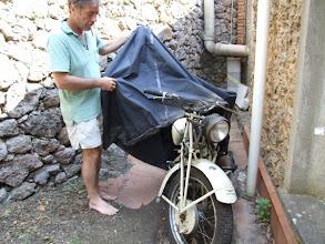 Photo: Matteo, passionierter Sammler alter Fahrzeuge, zeigt mir hinter dem Haus einen seiner Schätze: eine Moto Guzzi aus den vierziger Jahren.