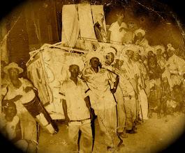 """Photo: La Conga de Los Hoyos. Année de """"La Caravela"""" (à préciser : années 60?). Archives de la famille Herrera Zapata (au centre : Chan)"""