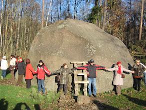 Photo: Podobno ma 22 metry w obwodzie. Opasaliśmy go dookoła i jeszcze nas trochę zostało.