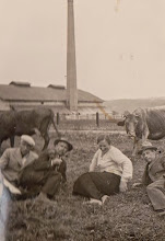 Photo: 2-gi od lewej P. Gołębiak . Zdjęcie na tle wapiennika w Rogoźniku.  Zdjęcie udostępnione prze P.Ewe Aksamit.