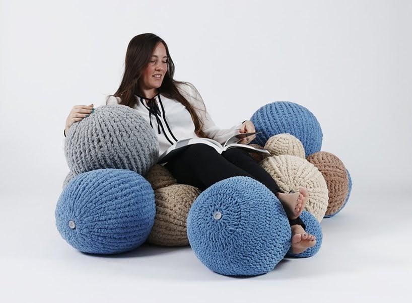 Pelotas de colores crean un sistema modular de asientos acolchados