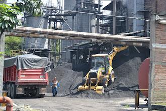 Photo: Cargando la caldera con carbón COLTEJER