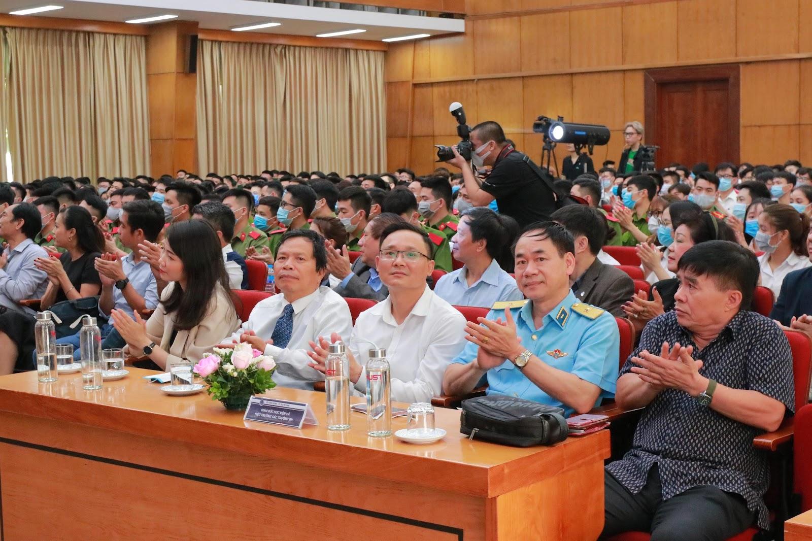 TS. Đỗ Đình Cường đại diện nhà trường tham gia chương trình.