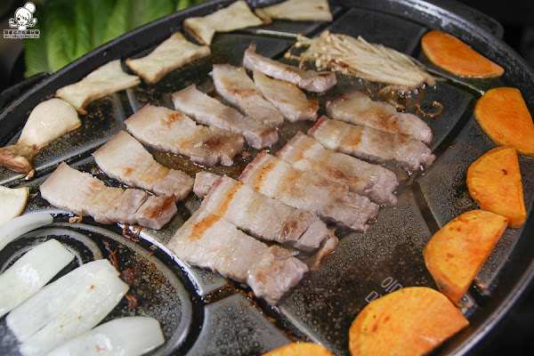 經典韓式烤肉 油蔥酥韓國烤肉村,推薦豬五花、隱藏版韓醬烤大腸、辣炒魷魚、豆腐鍋 X 高雄韓式料理推薦