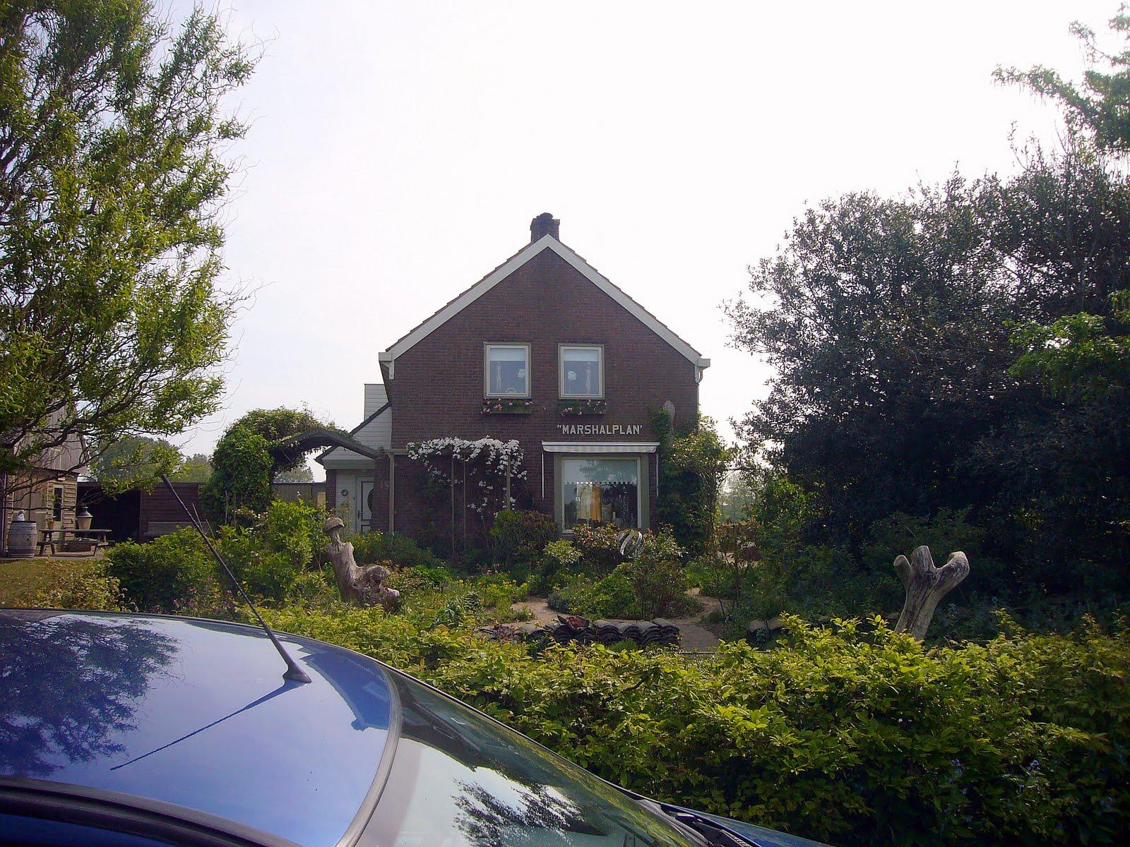 Photo: Aankomst bij het logeerhuis in Den Burg.