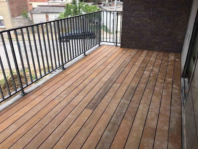 Terrasafwerking hout - Project van 12 appartementen
