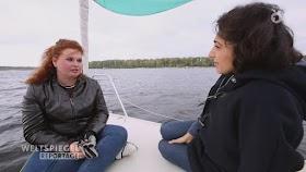 Zwei Frauen in einem Boot.
