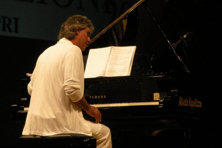 https://commons.wikimedia.org/wiki/File:Andrea_Bocelli_with_piano_@_Premio_Faraglioni_2009.JPG