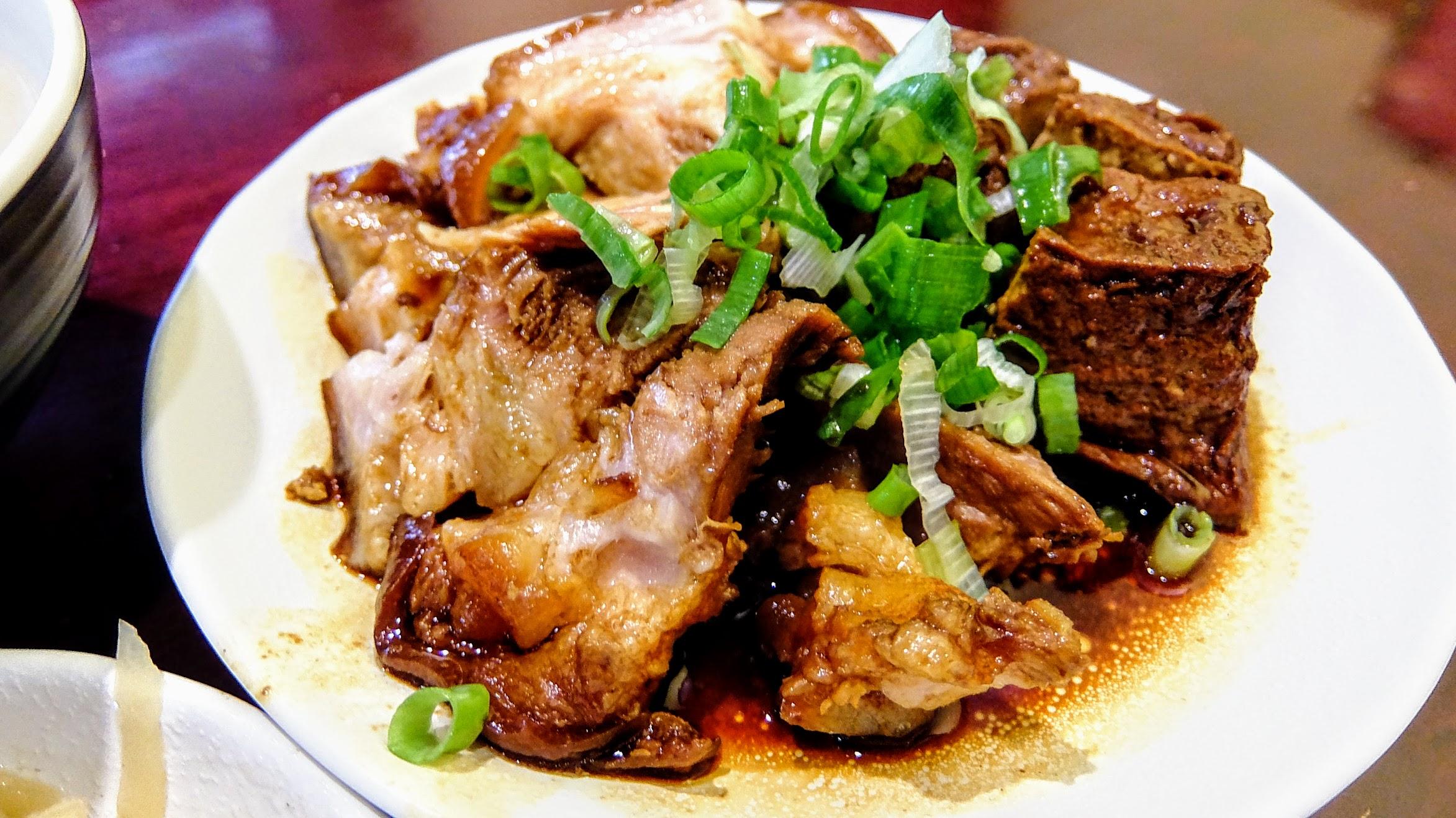 腳庫肉切了一盤,旁邊還有套餐內附上的滷豆腐,腳庫肉是帶皮帶油帶肉的,個人很愛說! 吃起來頗軟嫩,加上底下鹹鹹湯汁,下飯啊!