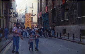Photo: Correllengua a València. Any 1995. La Flama recorre el carrer Cavallers fins el Palau de la Generalitat, portada per Pau i Mireia Pardiñas, acompanyades per Tonetxo Pardiñas, president de la Societat Coral el Micalet.