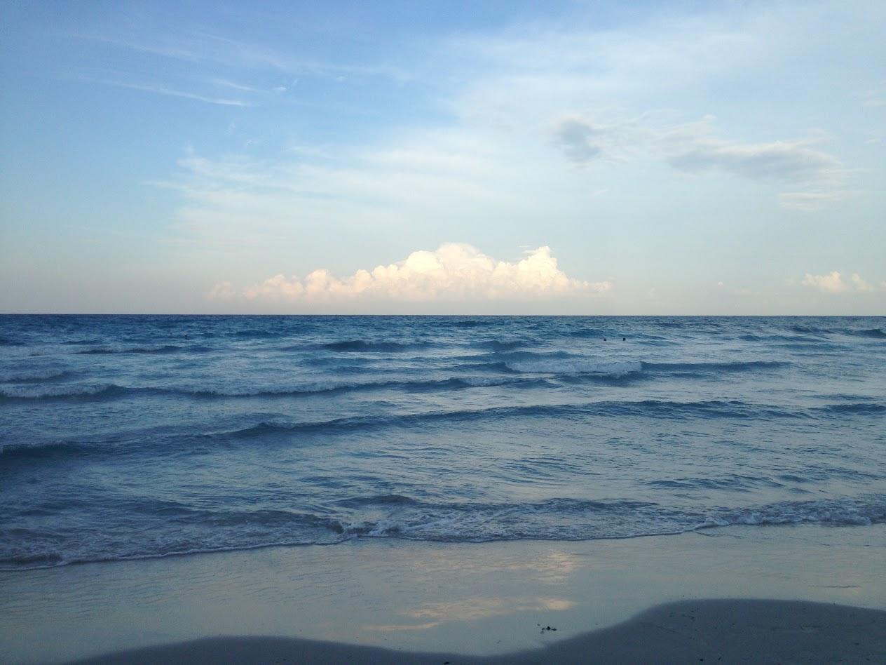 Облака на горизонте синего свинцового моря