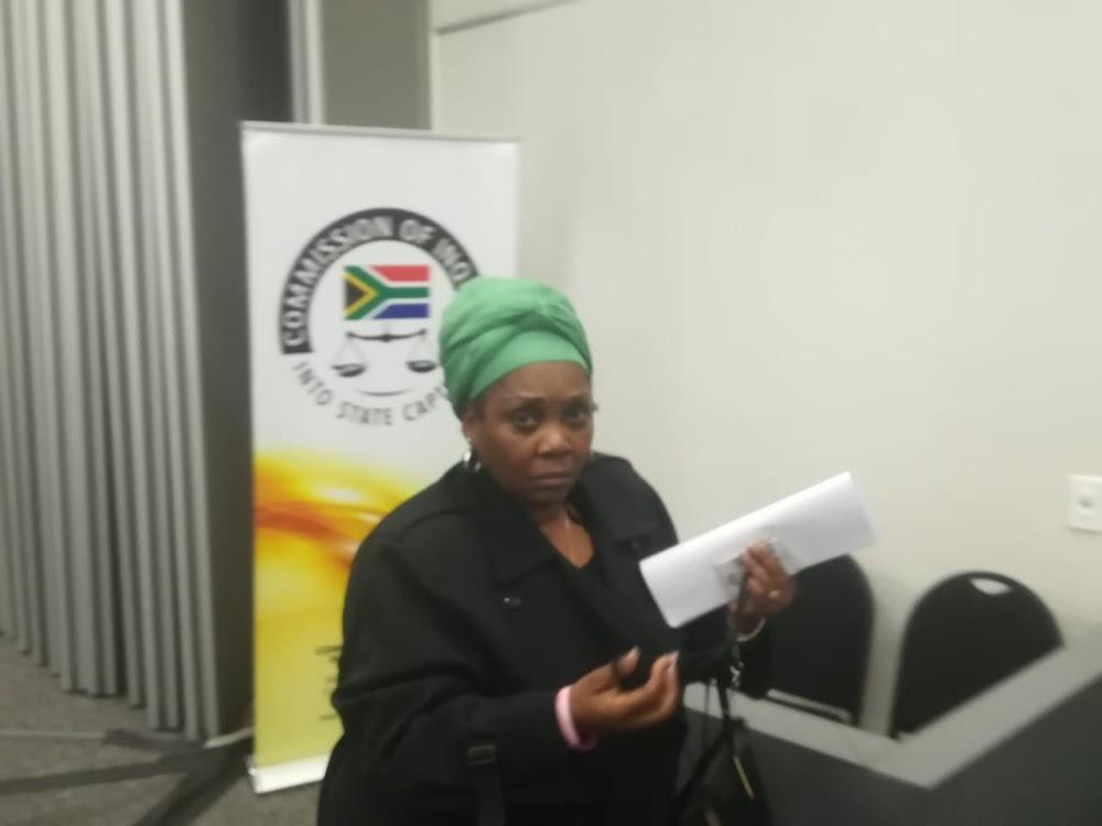 Ondersoekgetuie van die staatskaping vlug uit SA en sê 'vreemde mans' het haar agtervolg - SowetanLIVE