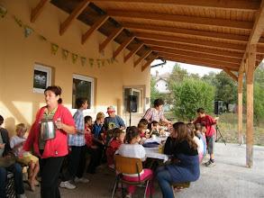 Photo: Reggeli az Emmaus ebédlő teraszán a szabadban. Eszter teát oszt.