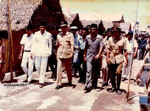 Photo: Gubernur Kepala Daerah Tingkat I Propinsi Sulawesi Selatan Andi Oddang meninjau pemukiman penduduk di Lingkungan Cambaya, Kecamatan Ujung Tanah didampingi Walikotamadya KDH Tingkat II Ujung Pandang Abustam dan Camat Ujung Tanah H.B.Muh.Kasim, setelah peresmian KIP Urban III Tahap Pertama tanggal 1 Oktober 1980.