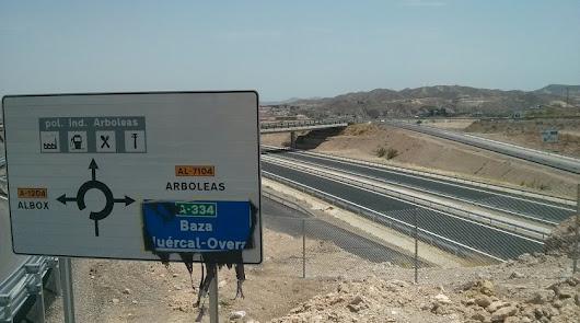 El tramo de la variante de Albox abierto en 2015 (arriba) fue el último inaugurado de la autovía.