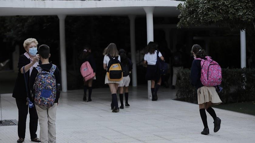 Niños a la entrada de un colegio.