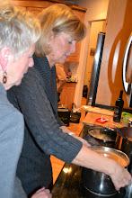 Photo: Lena värmer upp den goda tomatsoppan