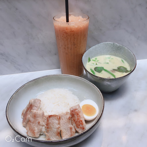 綠咖哩松阪豬肉飯:不錯 泰式奶茶:不錯