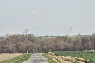 Photo: cesta ze Slezských Rudoltic na Rowne, v dáli větrné elektrárny v Polsku