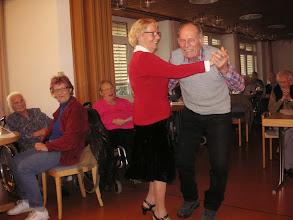 Photo: Die Chefin der Cafeteria Frau Hedy Brugger macht ein Tänzlein mit einem Heimbewohner